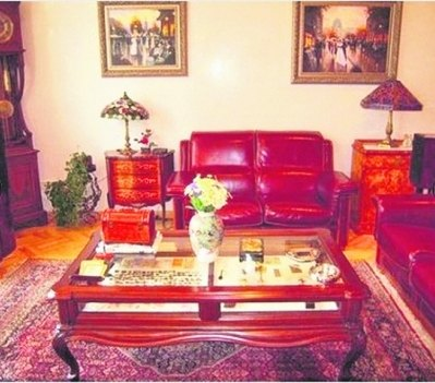 Квартира обставлена раритетной мебелью