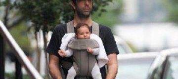 Дэвид Швиммер носит дочку на перевязи