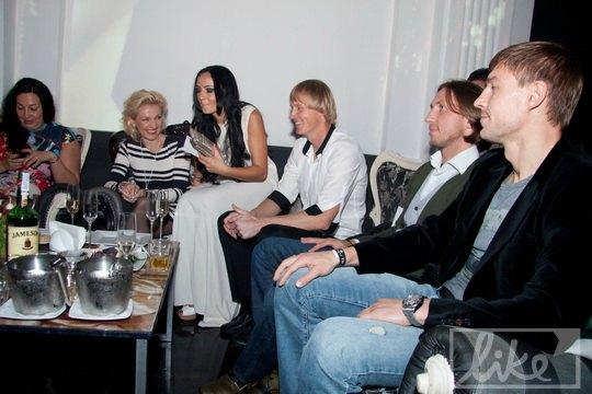 Футбольная компания: футболист Андрей Гусин с супругой Кристиной, футболист Максим Шацких