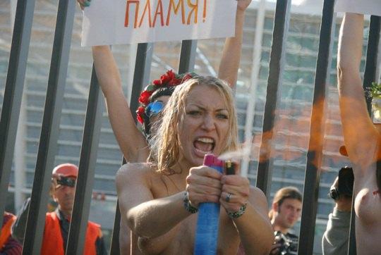 """Акция женского движения FEMEN """"Евро-угар"""""""