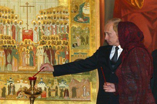 Владимир Путин с женой Людмилой на Пасхальной службе в Храме Христа Спасителя. 5 мая 2002 год