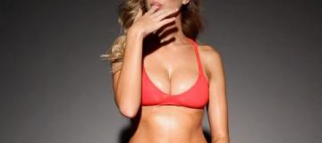 """""""Голодные"""" модели в бикини соблазняют поеданием сладостей"""