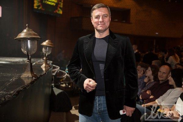 Сияющий Николай Катеринчук пришел послушать шутки про своих коллег-политиков