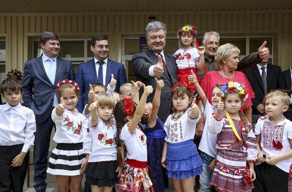 А президент страны Петр Порошенко не стал показывать линейку своих детей, а поехал в Мариуполь, где открыл детский сад