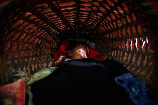 Непал. Ребенок в продуктовой корзине