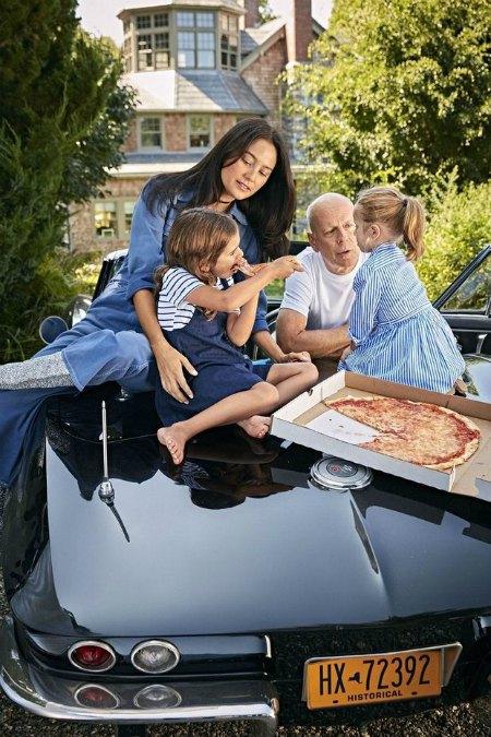 Брюс Уиллис с женой Эммой и маленькими дочками