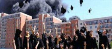 Китайские выпускники сфотографировались на фоне горящего общежития