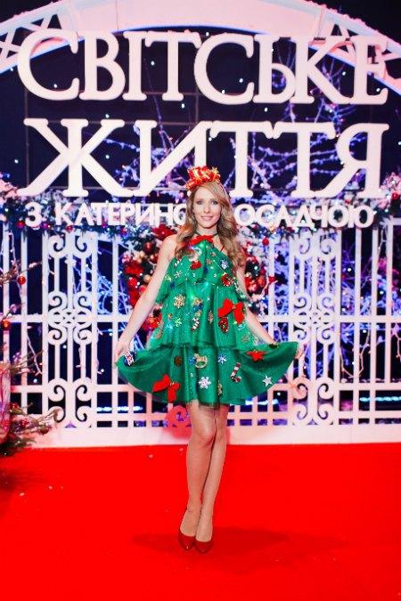 Катя Осадчая на последних месяцах беременности выбрала наряд симпатичной новогодней елочки