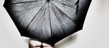 Обнаженная Астафьева прикрывается зонтом