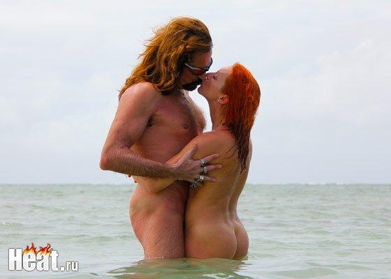 На снимках супружеская пара полностью обнажена