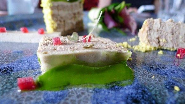 Печеночный пирог с гусиной печенкой (фуа-гра) с буряком и желе из листьев одуванчика