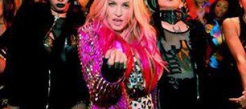 Мадонна оголила грудь фанатке прямо на сцене