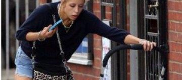 Ведущая уронила младенца на асфальт и продолжила болтать по телефону