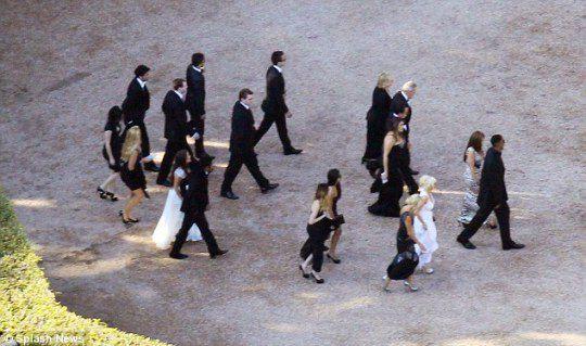 Все гости были одеты в черно-белые костюмы и платья
