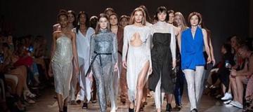 Модель Алина Байкова вышла на подиум с обнаженной грудью