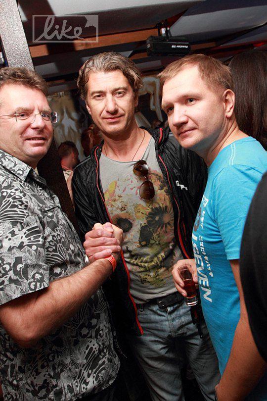 Юрий Никитин (в центре)