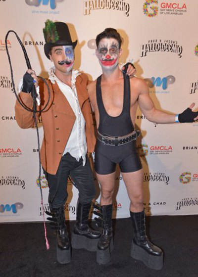 """рчином примерил образ циркового артистаЭкс-солист """"N Sync"""" Лэнс Басс (слева) со своим женихом Майклом Турчином"""