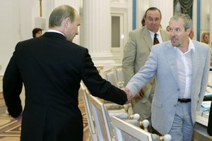 "Путин уволил ""критикана"" Макаревича из президентского совета"