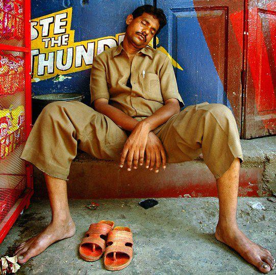 Индия. Работник службы доставки заснул на рабочем месте