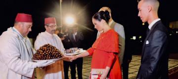 Наследный принц Марокко угостил беременную Меган Маркл молоком и финиками