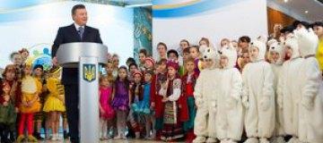 """Янукович встретился с детьми в """"Стране юных мастеров"""""""