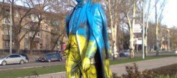 Памятник Кобзону в Донецке стал желто-голубым