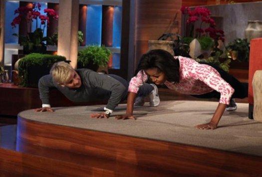 Пока Барак Обама разбрасывает носки, его жена отжимается от пола