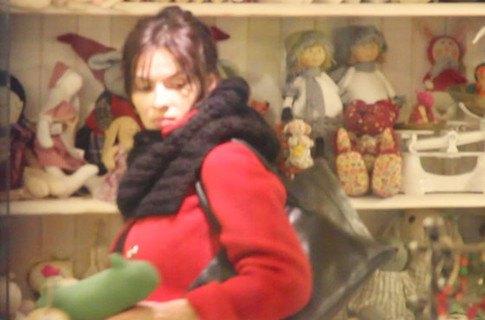 Надежда Мейхер прохаживается по детским магазинам в гордом одиночестве