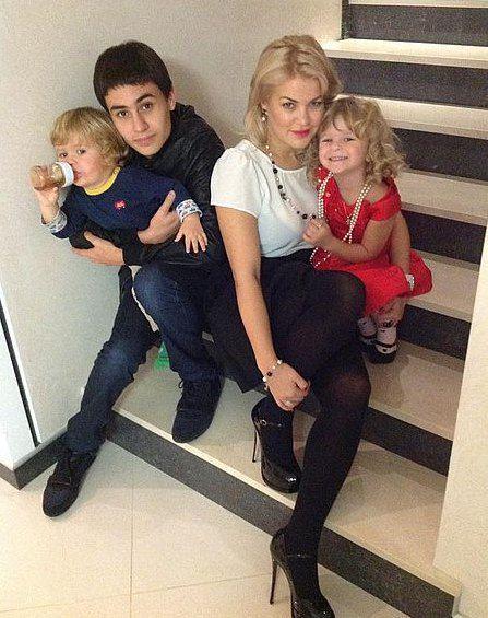 Татьяна Алиева со старшим сыном Виталием и младшими детьми - Алиной и Артемом
