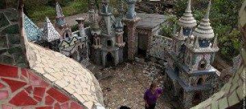 Пенсионеры построили замок из строительного мусора