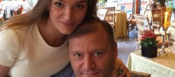 Пока Добкин разбирается с арестом, его дочка хвастается свадьбой