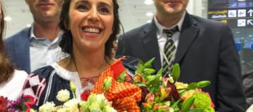 Украинцы встретили Джамалу в Борисполе овациями, гимном и морем цветов