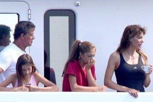 Сталлоне отдыхает на яхте через три недели после смерти сына