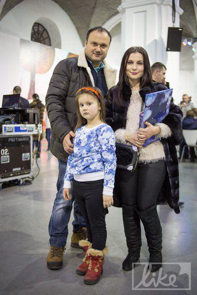 Журналист ТСН Александр Загородный с женой и дочкой