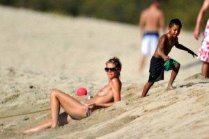 Хайди Клум загорала голой на пляже с детьми