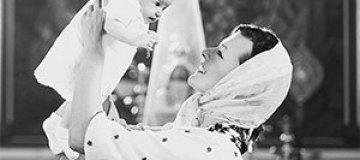 Милла Йовович показала трогательные снимки с крестин дочки