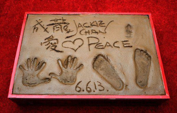 Джеки Чан оставил свои отпечатки у Китайского театра Граумана в Голливуде