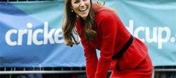 Кейт Миддлтон в юбке и на каблуках сыграла в крикет