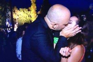 Потап поцеловал журналистку на глазах у жены