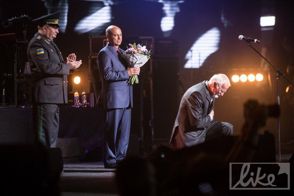 Отец Кузьмы Скрябина получает орден за заслуги сына