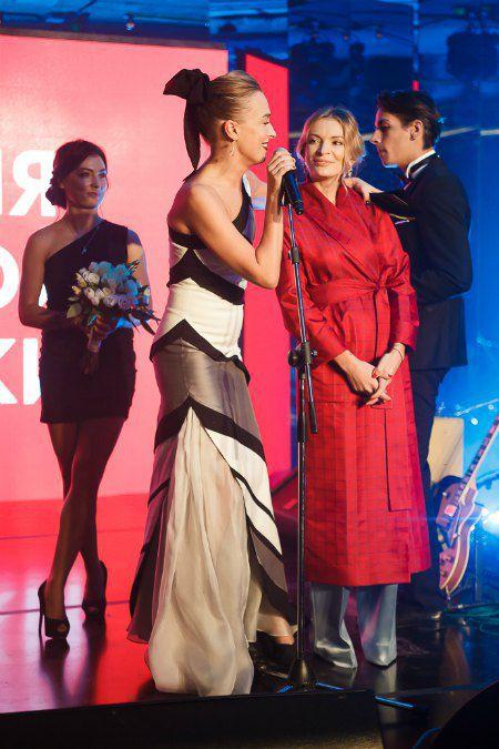 Ведущая церемонии Василиса Фролова поздравляет с победой Полину Неню
