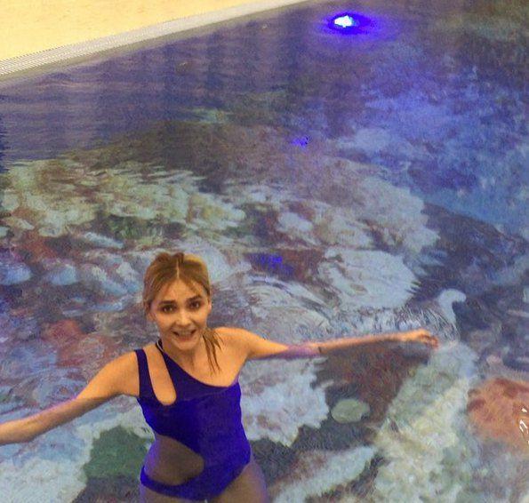 Снежана в своем новом бассейне с необычным дизайном