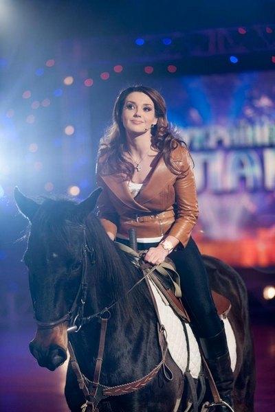 Оксана Марченко на съемках оседлала коня