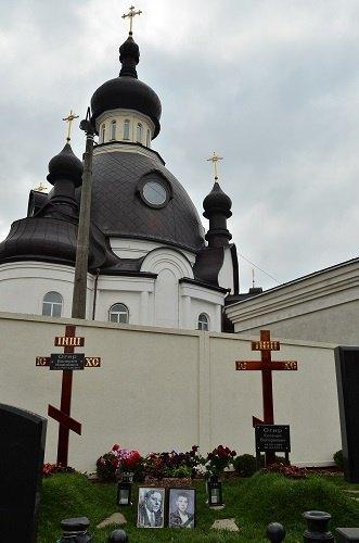 Могилы старшего и младшего Огиров находятся в самом сердце Берковцов - у подножия храма Апостолов Петра и Павла