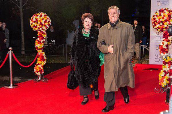 А вечером было официальное открытие и красная дорожка, по которой шествовали гости фестиваля. Режиссер Роман Балаян с супругой
