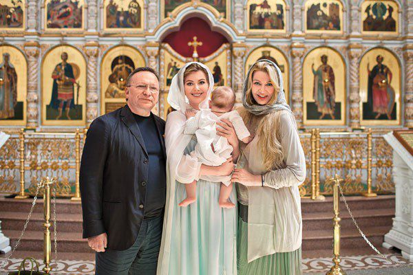Мария Кожевникова с младшим сыном Максимом, крестной мамой Ладленой Фетисовой и ее мужем Вячеславом Фетисовым
