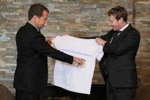 Цукерберг в Москве подарил Медведеву футболку