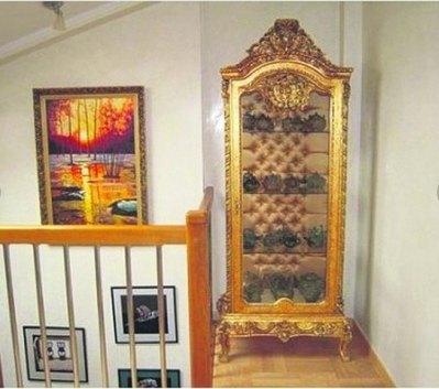 В квартире есть мебель с позолотой