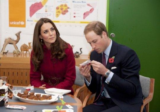 Прежде чем предложить пирожное Кейт, Уильям тщательно изучил упаковку
