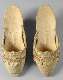 Предположительно, эти туфли были на королеве во время празднования первой годовщины взятия Бастилии